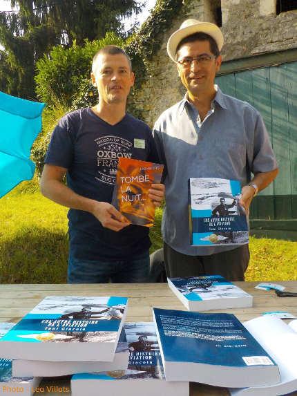 Léo Villots avec Tombe la nuit et Toni Giacoia avec Une autre histoire de l'aviation dans l'allée des auteurs indépendants à La forêt des livres du 27 août 2017, festival du livre de Gonzague Saint Bris à Chanceaux-près-Loches dans l'Indre-et-Loire, en Touraine