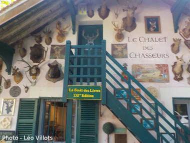La Forêt des Livres et le Chalet des Chasseurs et sa façade avec l'escalier et le balcon