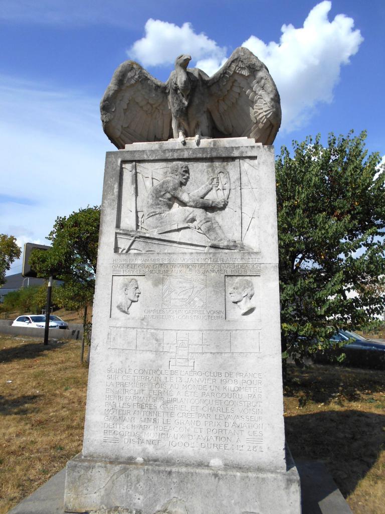 Le monument à la gloire des pionniers de l'aviaiton Henri Farman, les frères Voisin et Léon Levavasseur pour le premier kilomètre en boucle accompli le 13 janvier 1908
