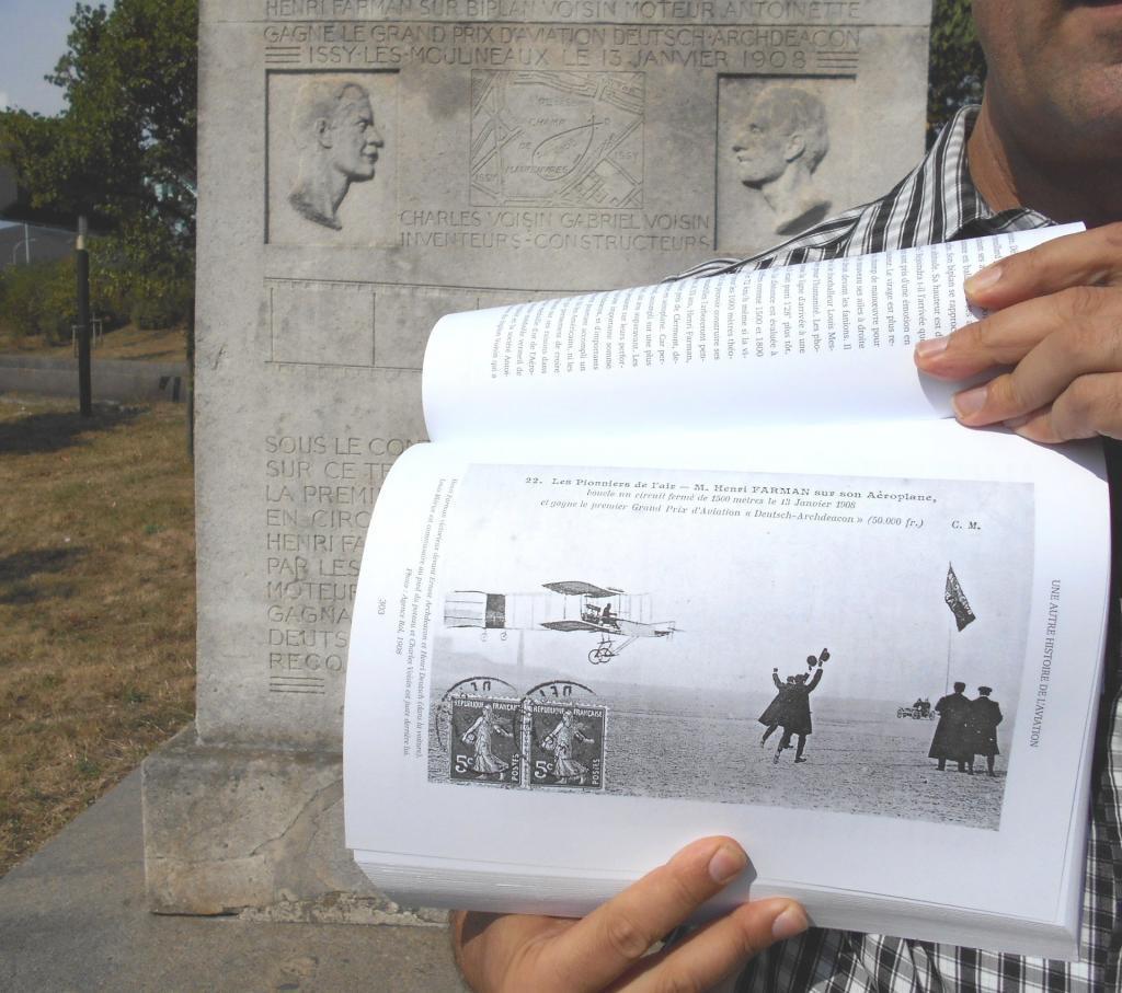 Livre Une autre histoire de l'aviation devant la stèle du monument Henri Farman frères Voisin Levavasseur moteur Antoinette pour le premier kilomètre bouclé le 13 janvier 1908 à Issy-les-Moulineaux, aujourd'hui Paris